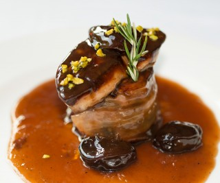 Closeup of a plate of foie round steak